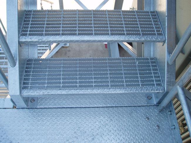 Kraty, stopnie schodowe i inne elementy metalowe