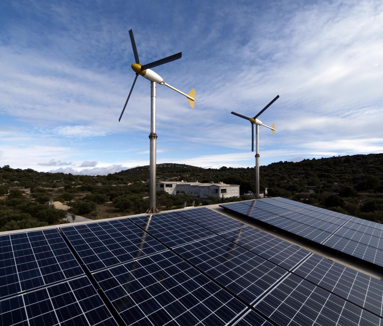 Efektywne panele słoneczne i własna elektrownia wiatrowa